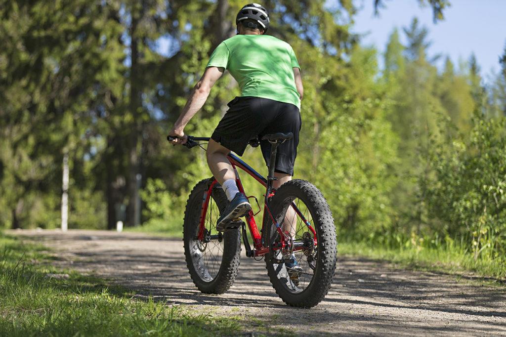 Mies pyöräilee