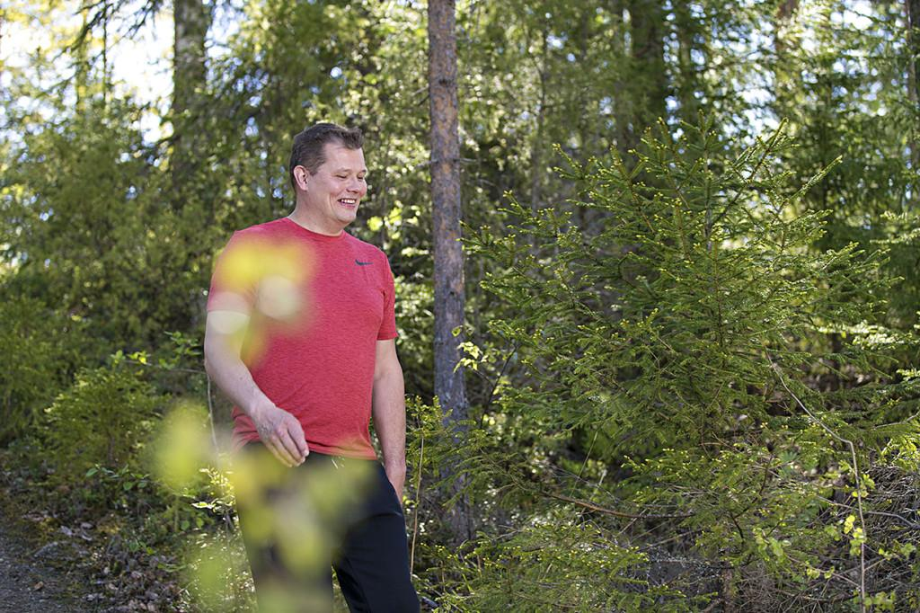 Mies kävelee metsässä
