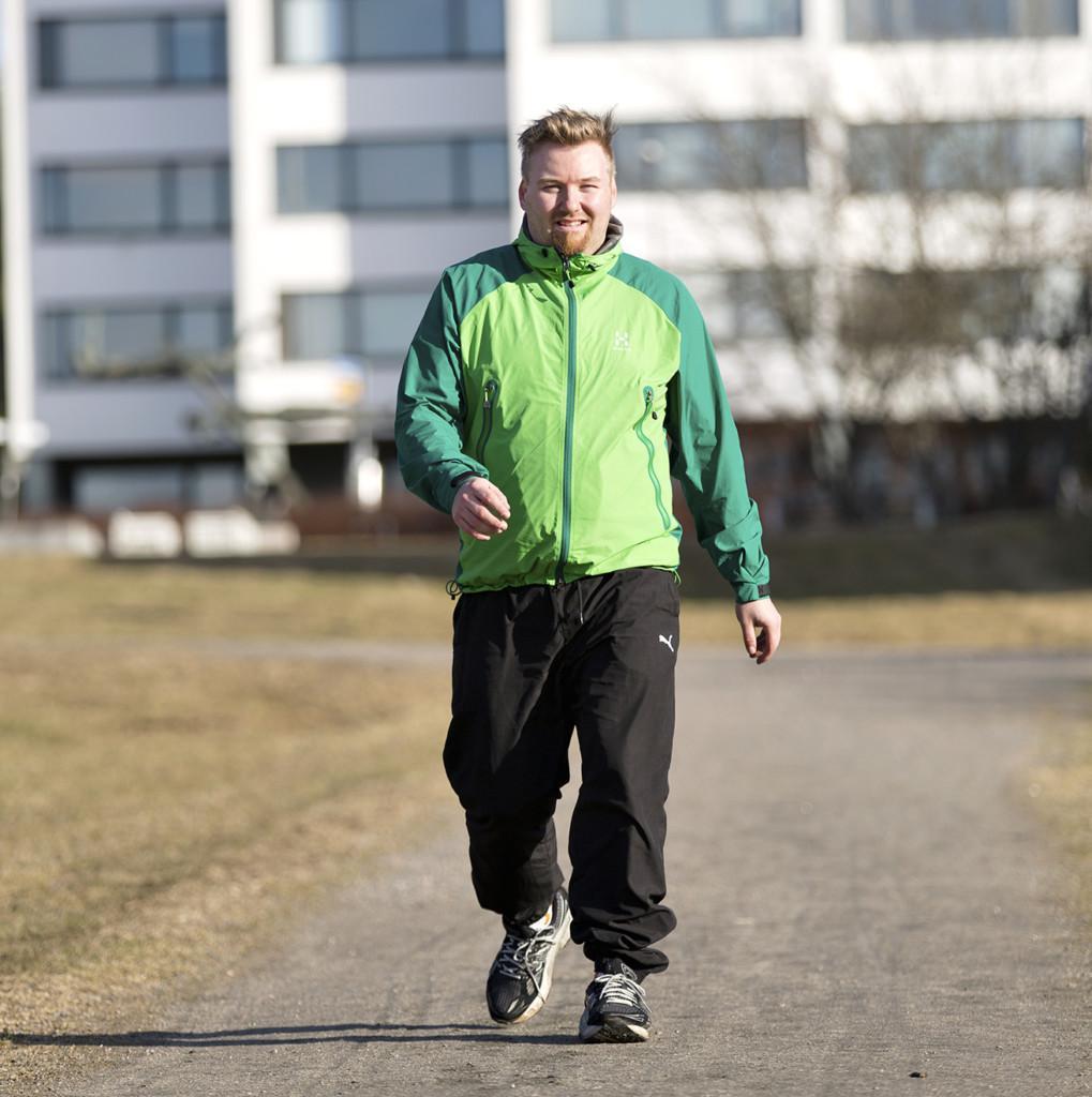 Mies kävelee kaupungilla