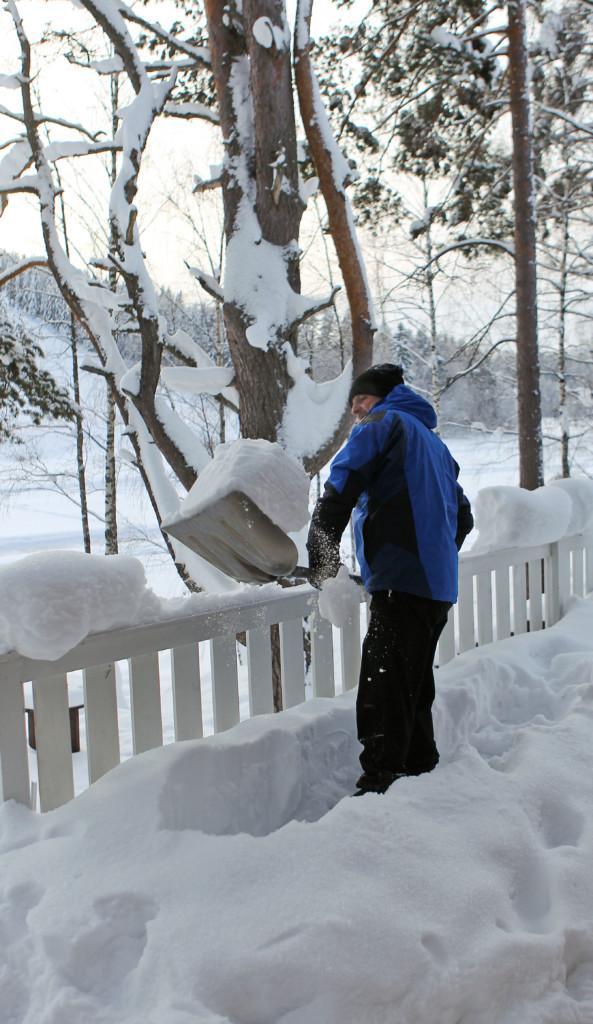 Mies tekee lumitöitä